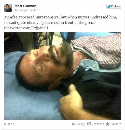 """Apenas unas horas después de que el gobierno de Guatemala negó el asilo al pionero del el anti-Virus John McAfee, fue enviado a un hospital en la tarde de este jueves por un posible ataque cardíaco, informa el portal digital ABC News , quienes tomaron una foto de él en la ambulancia. Temprano en el día de McAfee se había quejado de dolores en el pecho. Más tarde, los guardias lo encontraron """"postrado en el suelo de su celda."""